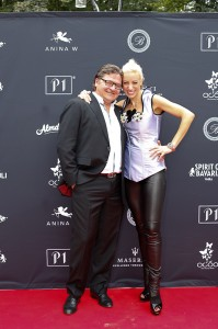 Dr. Josko Bill und Anja Nina Württemberger auf dem roten Teppich der Fashionshow des Münchner Dirndl Labels Anina W