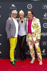 Anina W Designerin Anja Nina Württemberger mit Alexander Babor und Andreas Enzenhofern auf dem roten Teppich vom P1