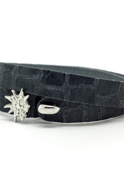 Das etwas andere Wies´n Armband aus weichem, anschmiegsamem Kalbsleder in der Classic-Farbe Graublau mit Kroko-Muster.