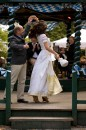 Sepp Krätz und Anina W Model proben den Hochzeitstanz im Brautkleid