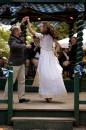 In der Waldwirtschaft Großhesselohe ässt Sepp Krätz die Anina W Models in Tracht tanzen