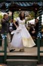 Hochzeitskleid aus Seide mit funkelnden Swarovkisteinen