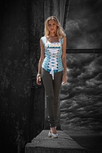 Seiden-Corsage und graue skinny Lederhosen als Kontrast, gemodelt von Nina Süß