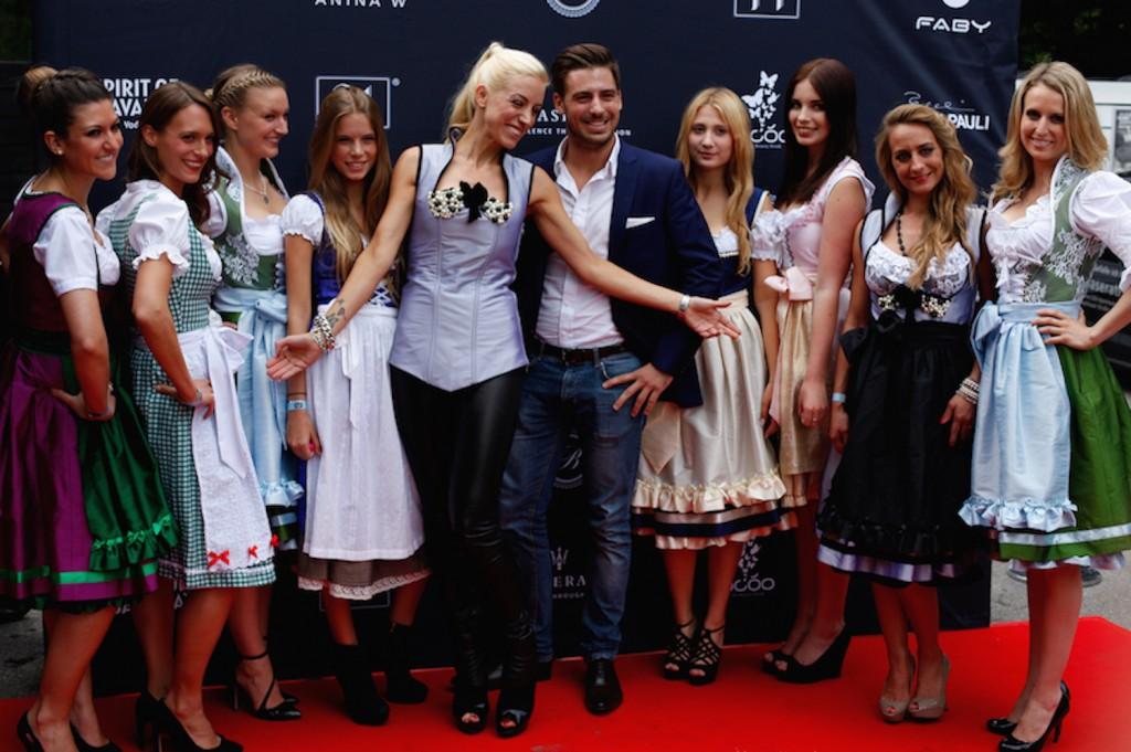 Anja Nina Württemberger mit Models in Dirndln bei der Anina W Couture Fashionshow im Münchner P1