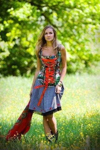 Model in Anina W Dirndl Baumwolle Trachtenmieder zweiteilig
